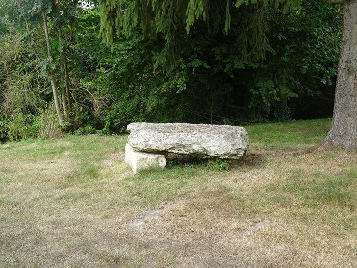 Un petit banc mégalithique, pour reprendre des forces, sans glace.