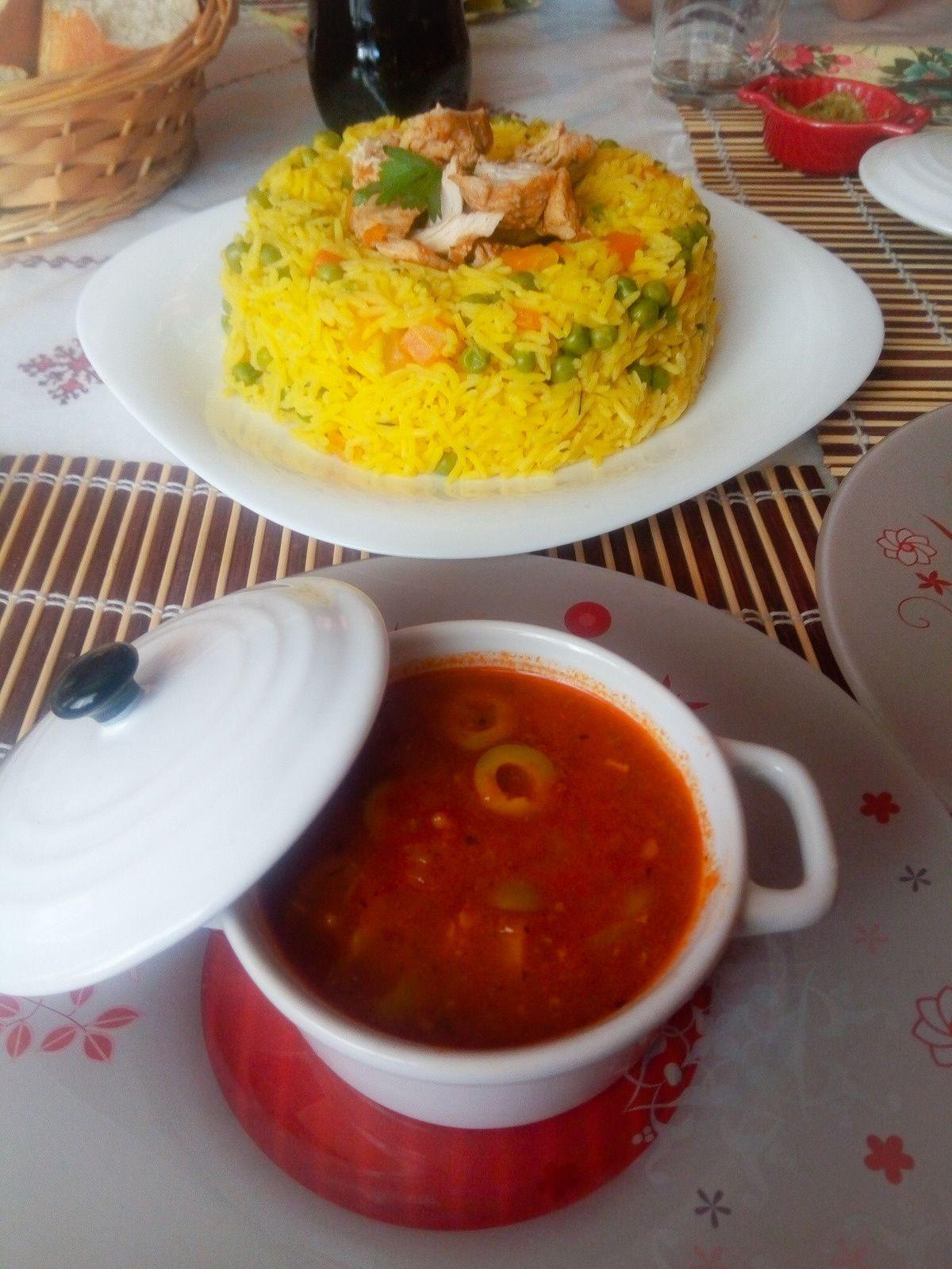 Riz accompagné de sauce rouge
