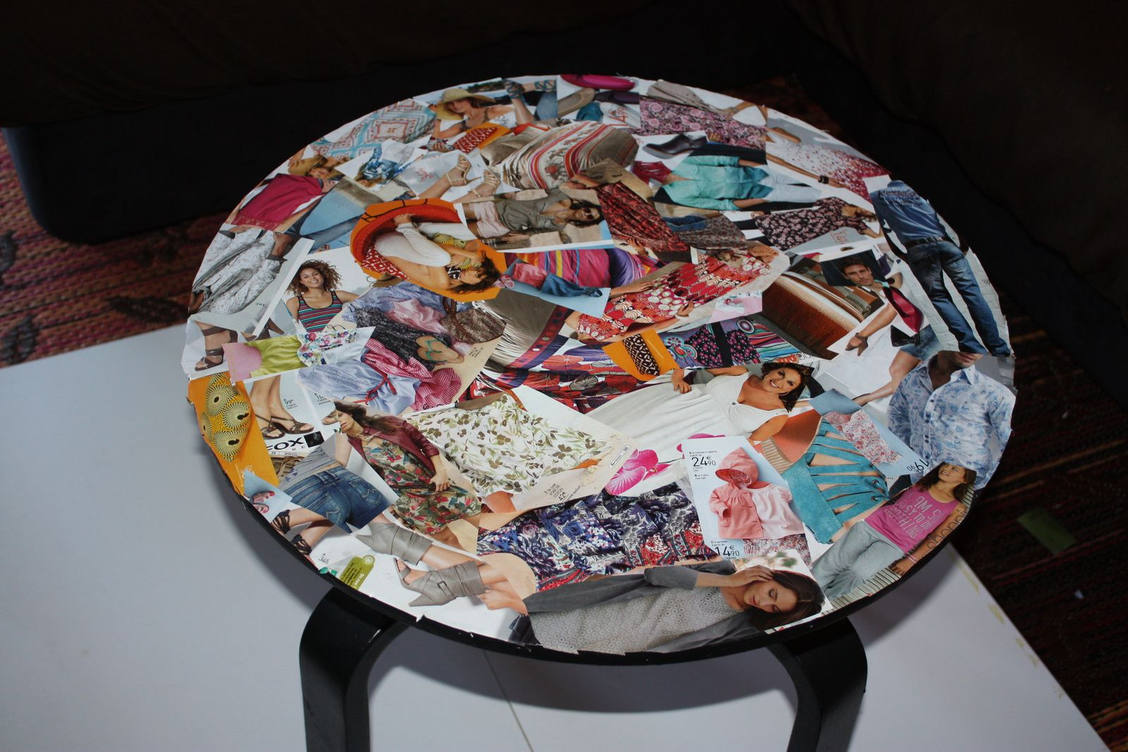 petite table basse ronde customiser avec des magazines djivani creations. Black Bedroom Furniture Sets. Home Design Ideas