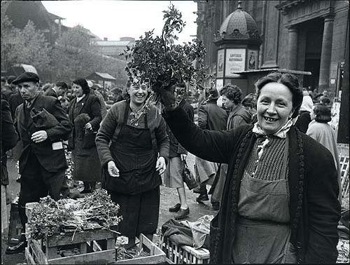 Marchande devant Saint Eustache aux Halles, photographie de Robert Doisneau, 1946