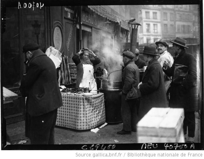 Marchande de saucisses aux Halles, photographie de l'Agence Meurisse, Paris 1926