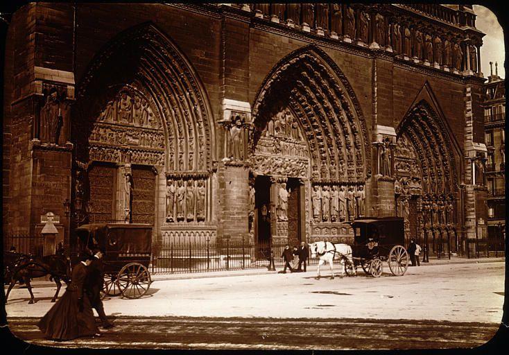 Cathédrale Notre-Dame, passants et fiacres, photographie du Comte Henri de Lestrange, Paris