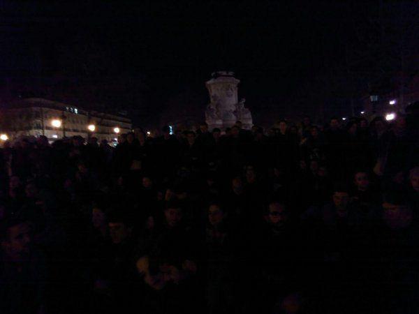 la place de la République cette nuit à Paris vers minuit