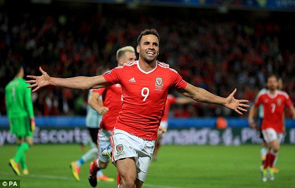 Wales' Hal Robson-Kanu celebrates firing his side in front against Belgium (photo : Daily Mail)