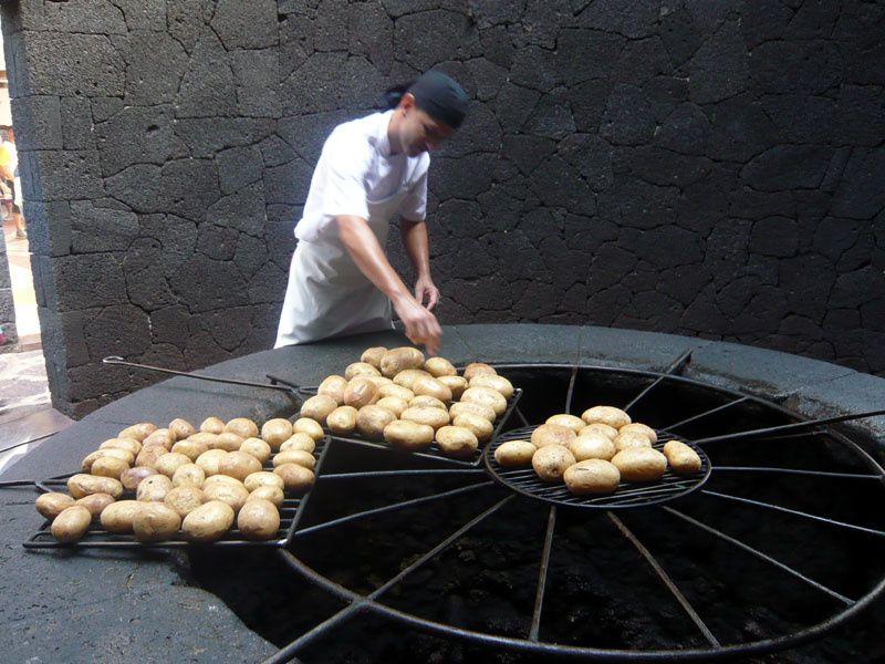 Un puit avec de la lave, parfaite température pour la cuisson des patates locales !