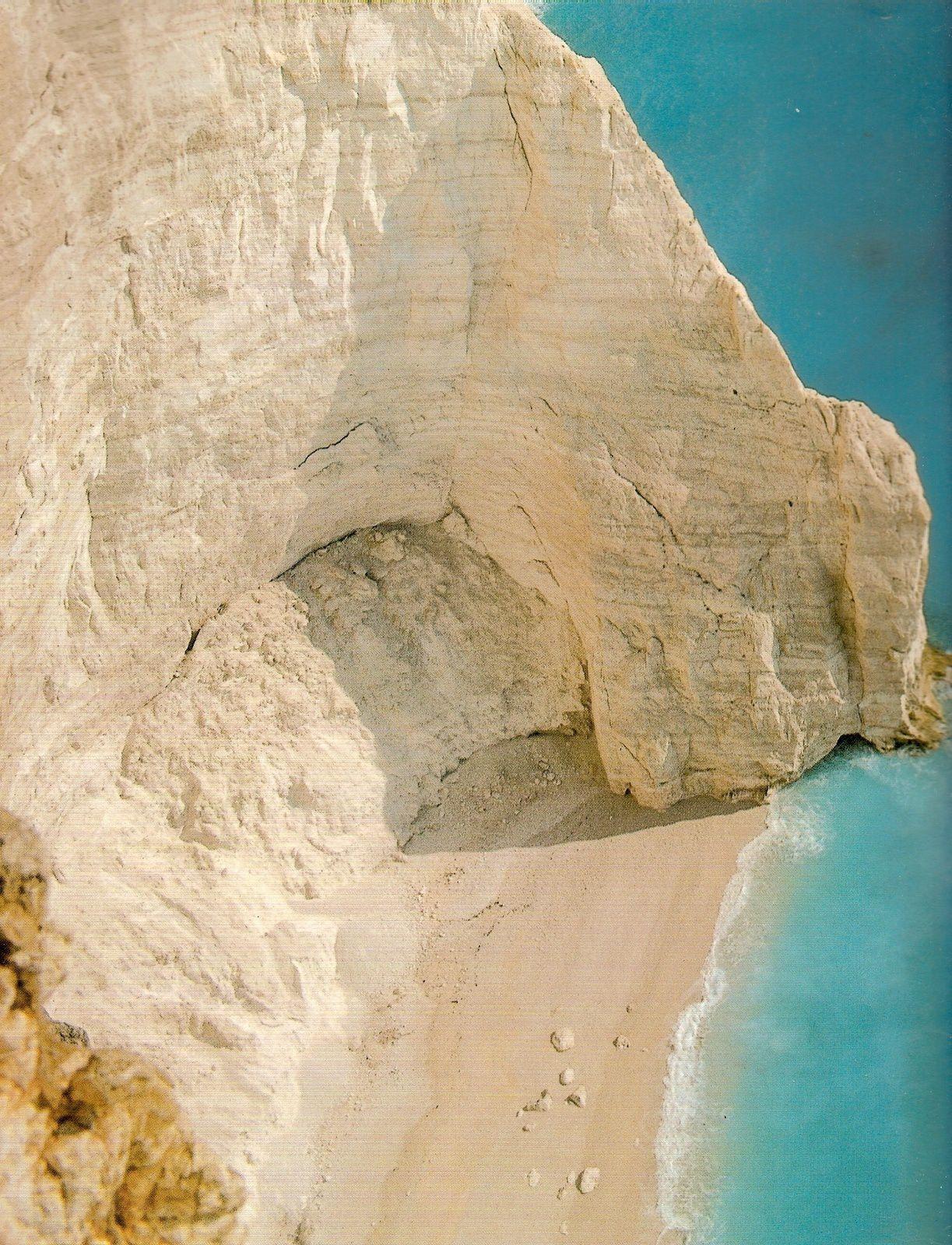 Ces rochers abrupts qui tombent à pic dans la mer sont situés sur la côte occidentale de l'île de Zante, que le poète Foscolo célébra dans des vers célèbres.