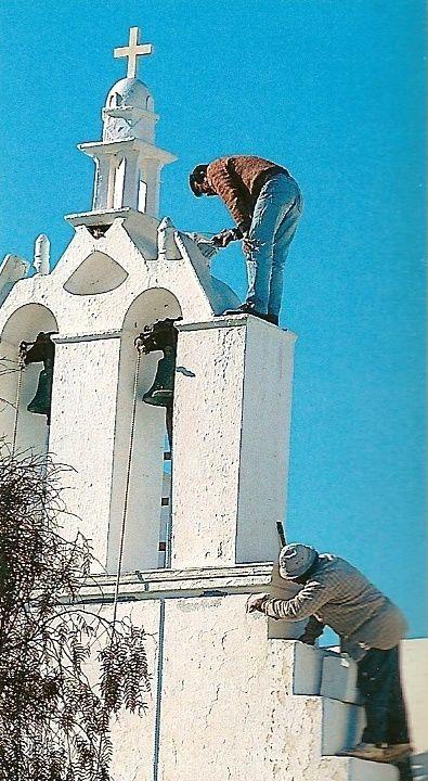 Tous les ans, avant Pâques, les habitants badigeonnent à la chaux les maisons et les églises