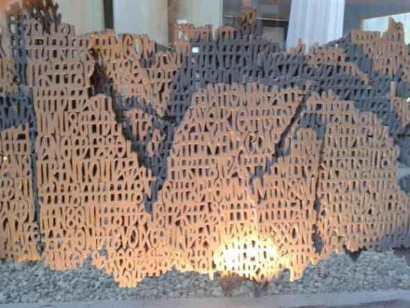 La lave, travail d'un maître artisan de Volvic: COURTADON Thierry (une page d'écriture)