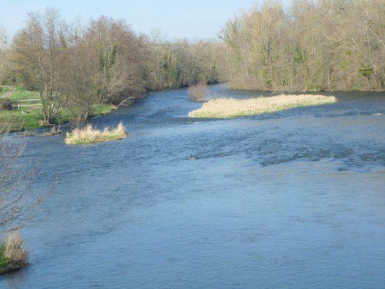 L'Allier (rivière) franchie, je traverse Jenzat