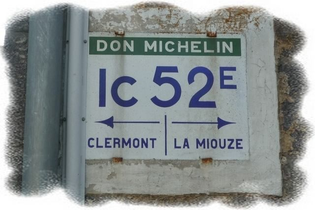 """A Ternant, je prends à droite, """"La Miouze"""". Panneau d'une autre époque !"""