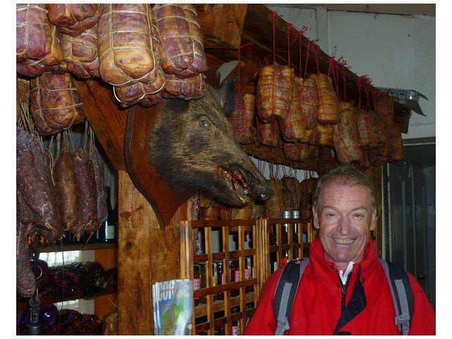 Arrêt boutique au col de Serra, une faim...de loup..! non de sanglier....!