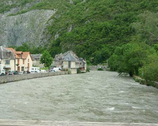 St-Béat et la Garonne. Dévasté par des pluies torrentielles le 19 juin.