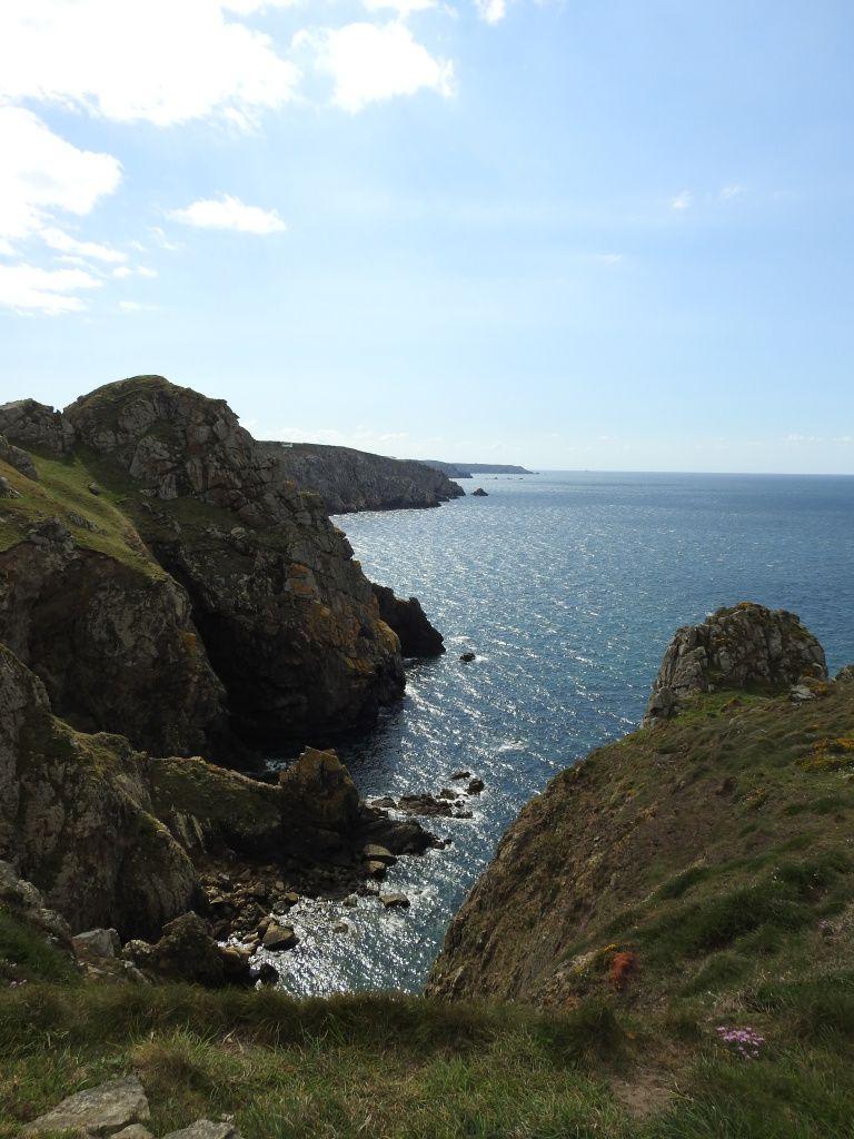 Un paysage de falaises et de landes maritimes.
