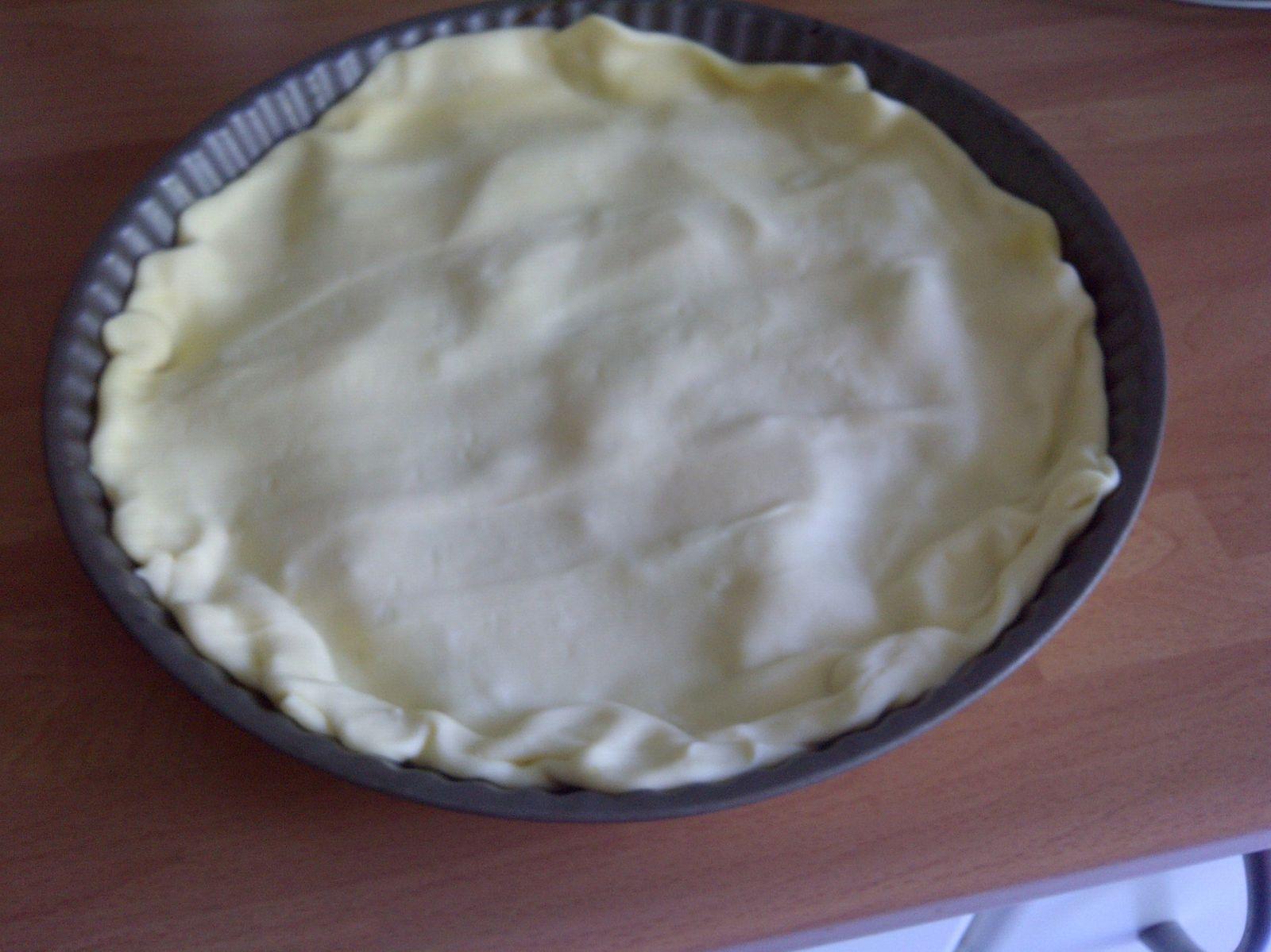 La pâte feuilletée recouvre les lamelles et les bords ont été repliés