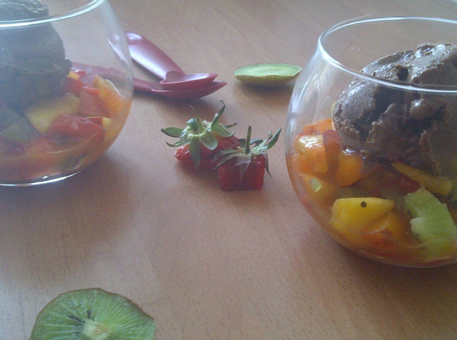 Salade de fruits frais et glace au chocolat