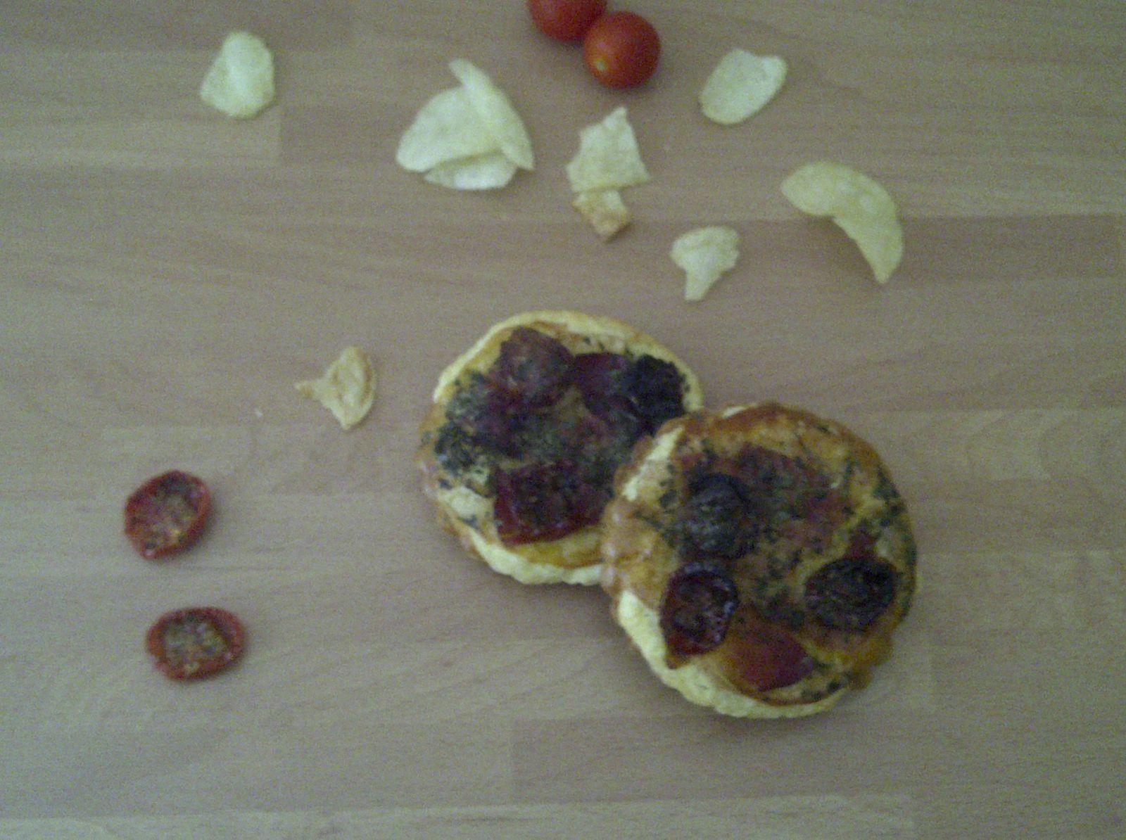 Tartelette aux chips de pommes de terre, tomates cerises confites et jambon cru