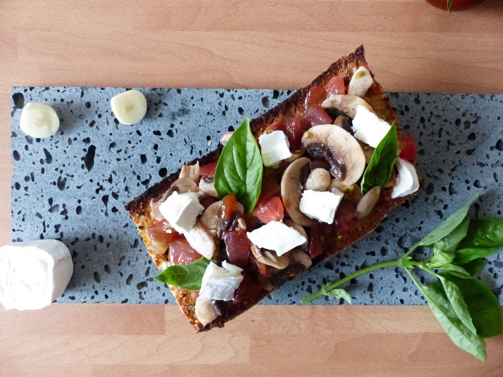 Bruschetta aux tomates noires de Crimée, champignons et fromage de chèvre
