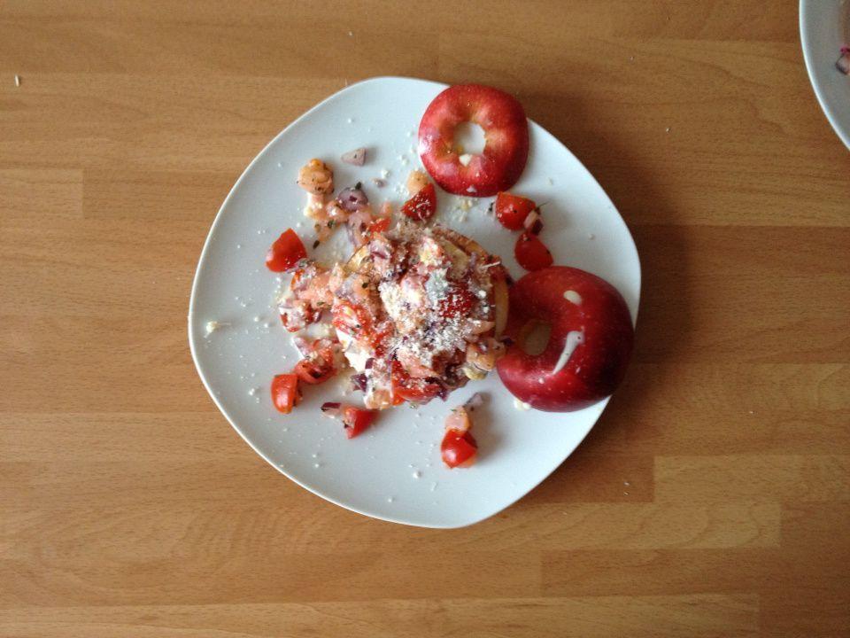Tartare de saumon fumé, oignon rouge et lamelles de pomme