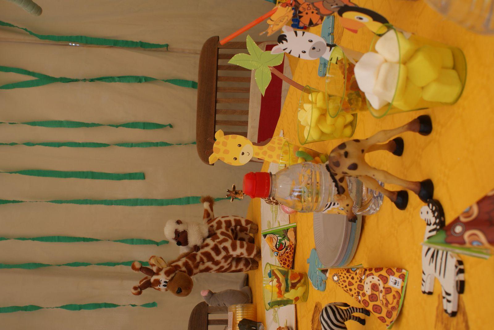 girafe, zébre, palmier et toucan trouvé ur pinterest imprimé sur du canson pour la bonne tenue et scotcé sur des petits récipiants en palstique vert transparent pour y accueillir des bonbons