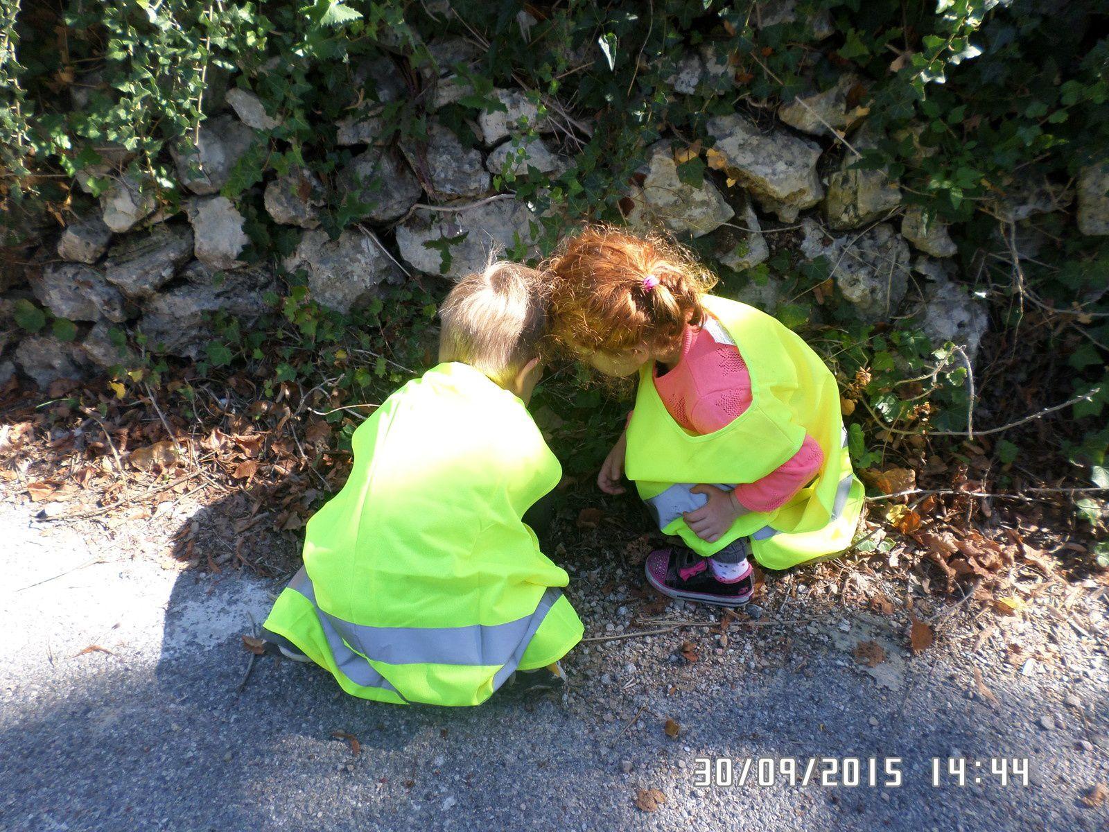 les enfants attrapent des pompiers....