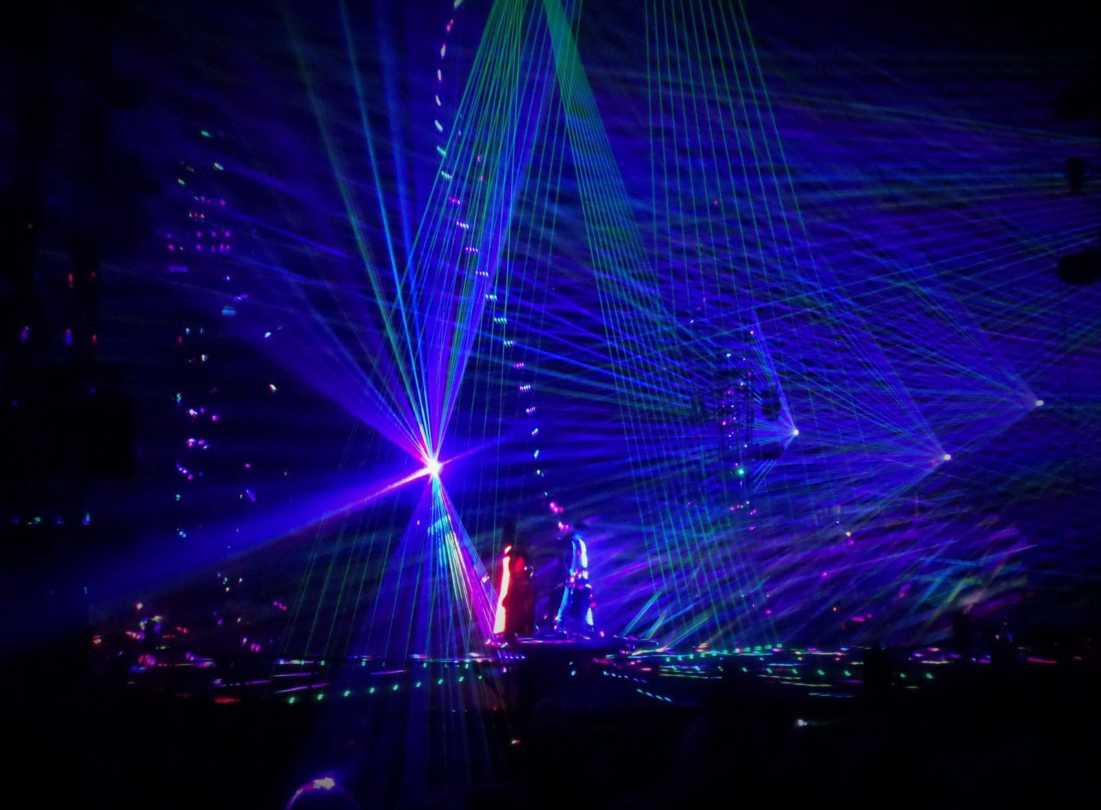 numéro avec des lasers impressionnant les plus petits m'ont dit ont dirait la gueurre des étoiles quand ils ont fait les sabres laser