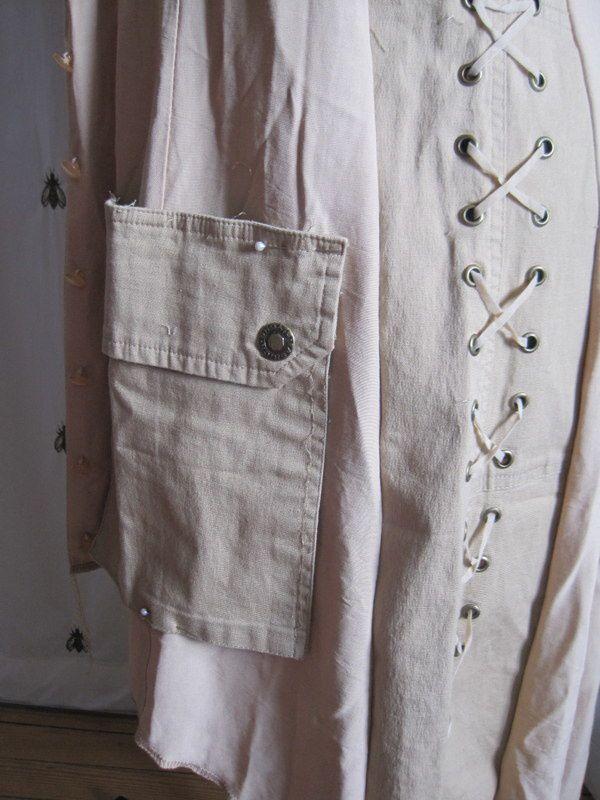 La robe beige &quot&#x3B;vintage&quot&#x3B; prend de l'ampleur grâce à un pantalon