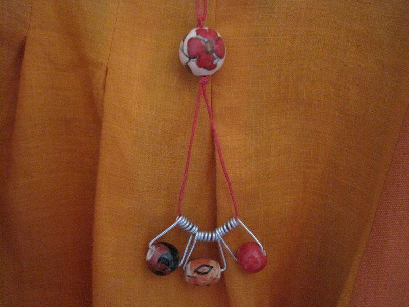 Le collier pour la tunique orangée