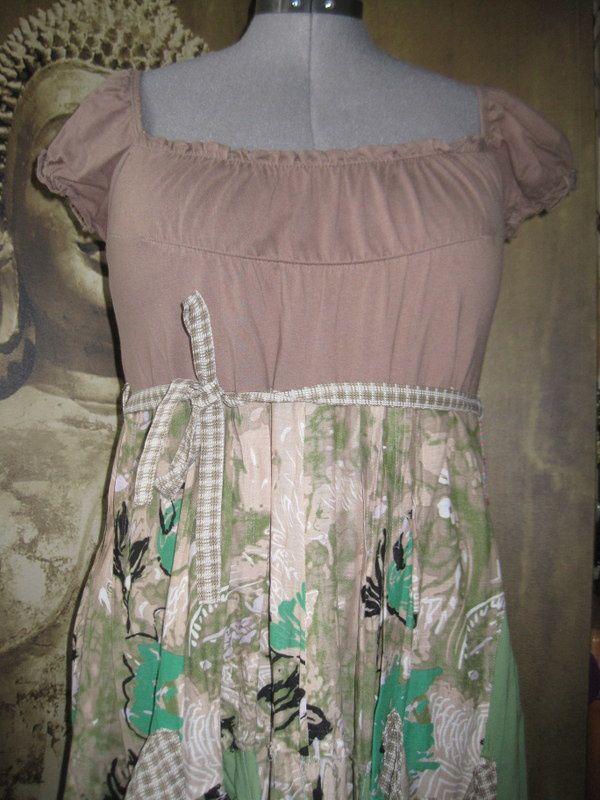 Une robe d'été verte et taupe
