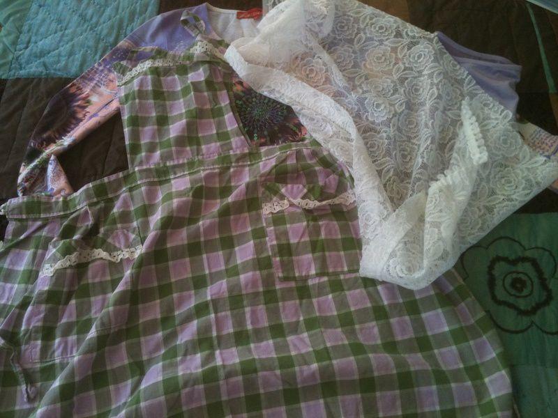Une robe mauve et verte