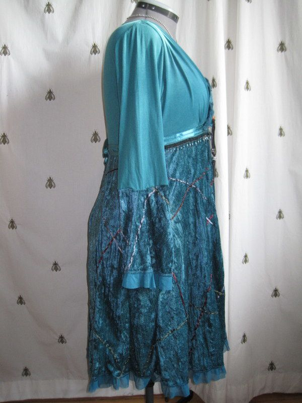 Une robe en velours bleu canard