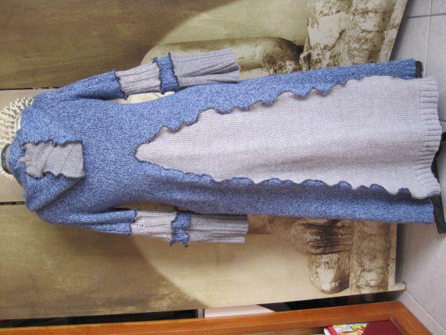 Un manteau en laine bleu et gris