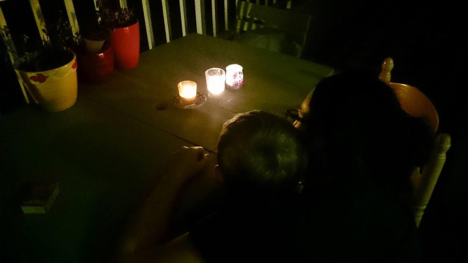 On dépose des bougies en famille suite aux attentats du 13 novembre.