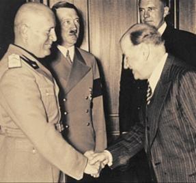 30 septembre1938, accords de Munich: Edouard Daladier, président du Conseil dit de gauche. face à lui, vous les reconaîtrez...