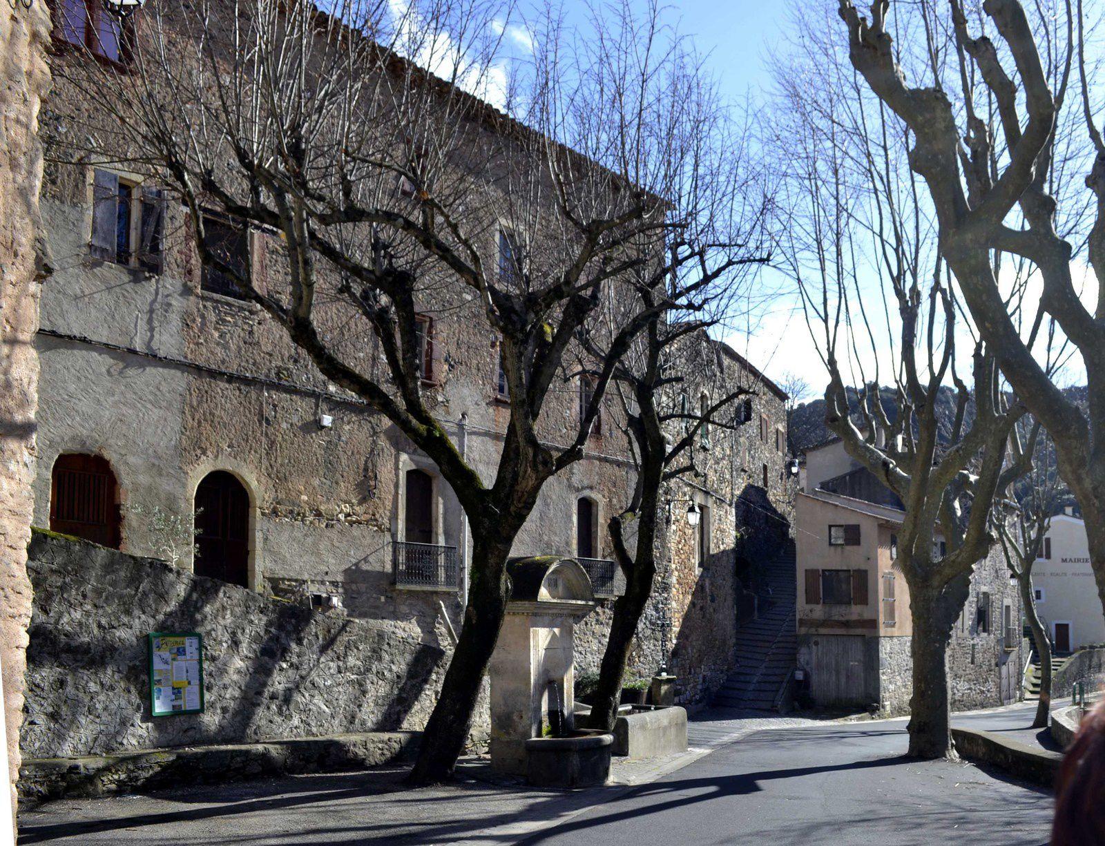 Ce dimanche 02 février 2014, nous étions une dizaine de Canetois à nous rendre dans le village de Pézènes-les-Mines que peu connaissent. Beau temps prévu pour une petite boucle de moins de 2h de marche. Le départ a lieu  au pied de l'église où nous laissons les voitures.