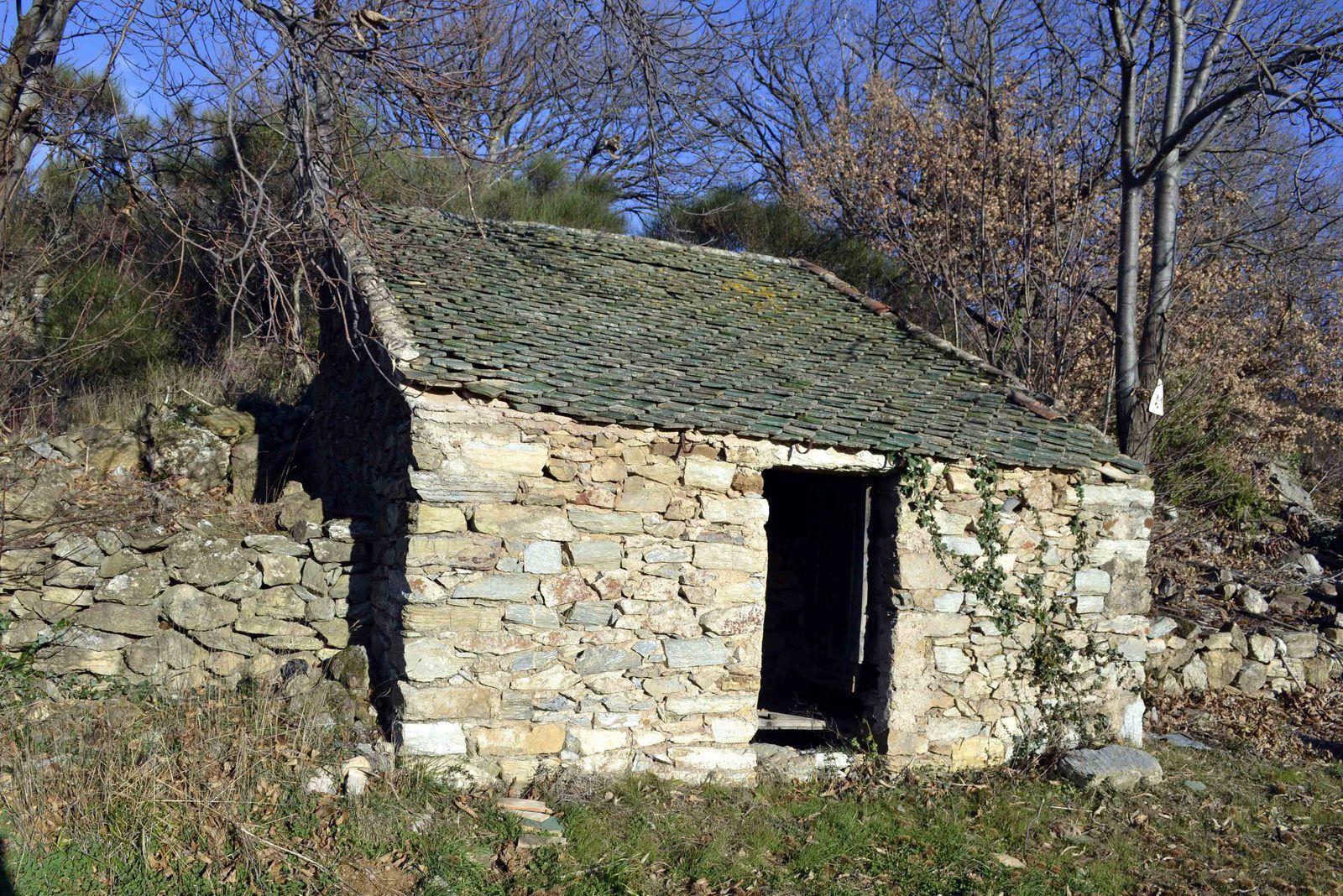 La plus étrange a un magnifique toit de tuiles vernissées. Il faut la contourner pour emprunter un petit sentier qui grimpe derrière elle pour déboucher sur la partie la plus plate de la randonnée.