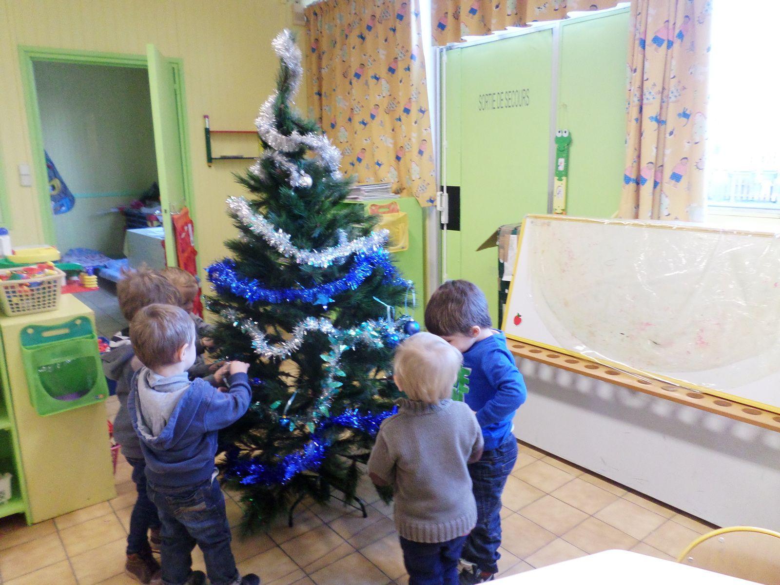 La décoration du sapin chez les petits...