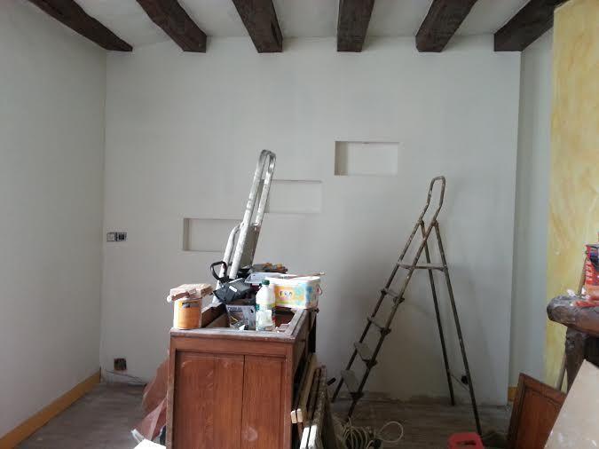 la grande pièce en cours de rénovation- lit double et canapé BZ