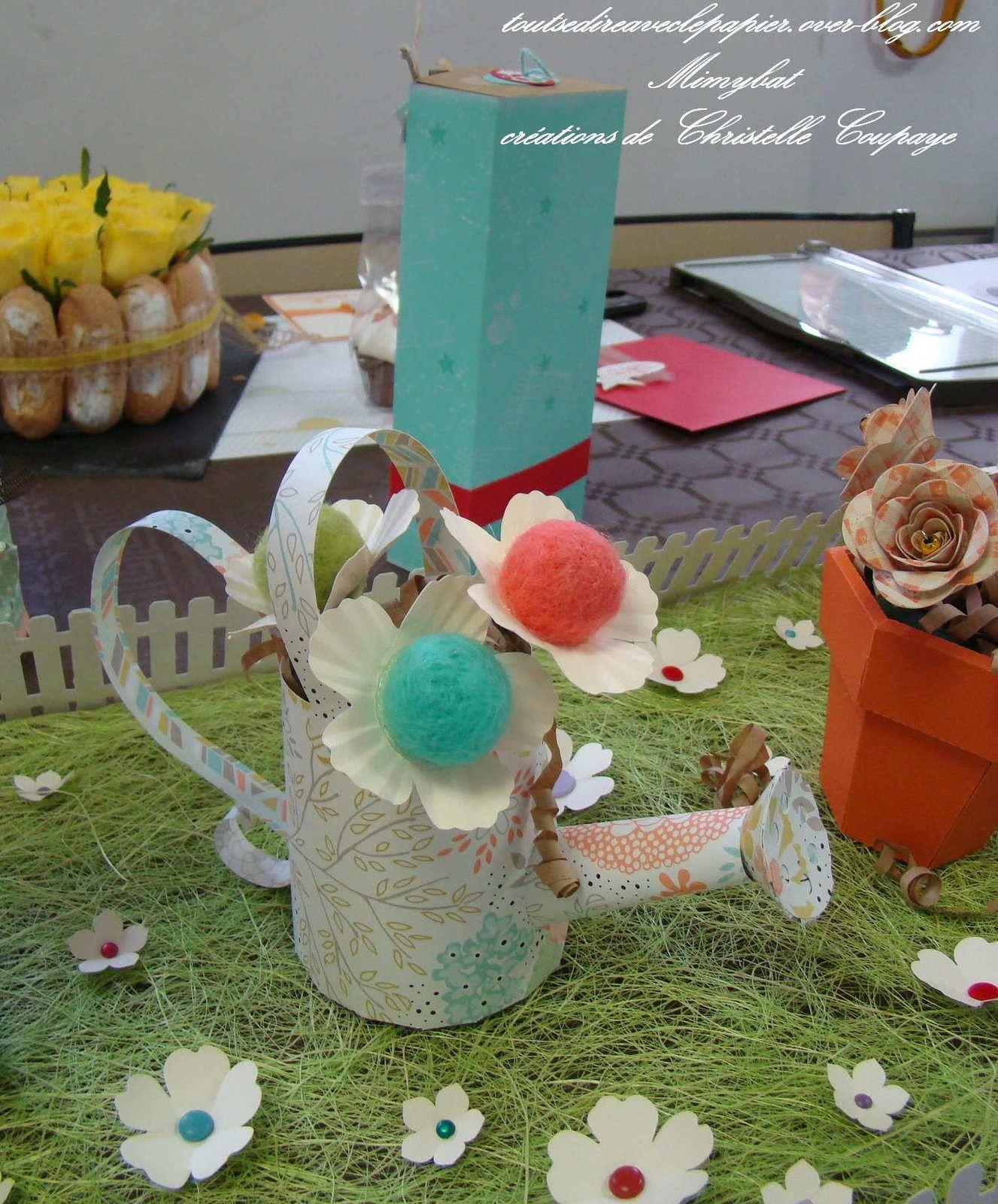 des arrosoirs rétros dans nos papiers modernes et frais..un vrai régal ! Et encore des fleurs rigolotes faites en partie avec un élément d'un cadeau de la SAB !!! Que de créativité !!!