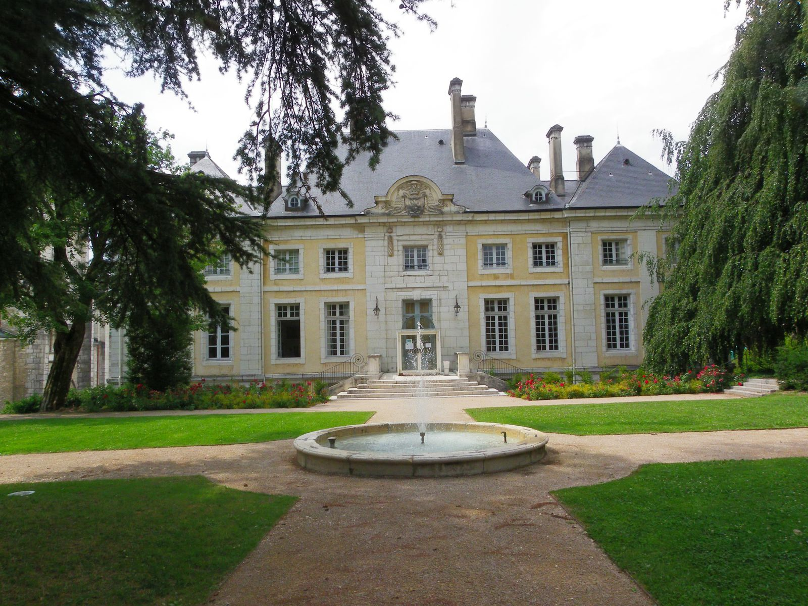 Le palais épiscopal côté jardin, l'exposition aura lieu au rez de chaussée, entrée par la cour.