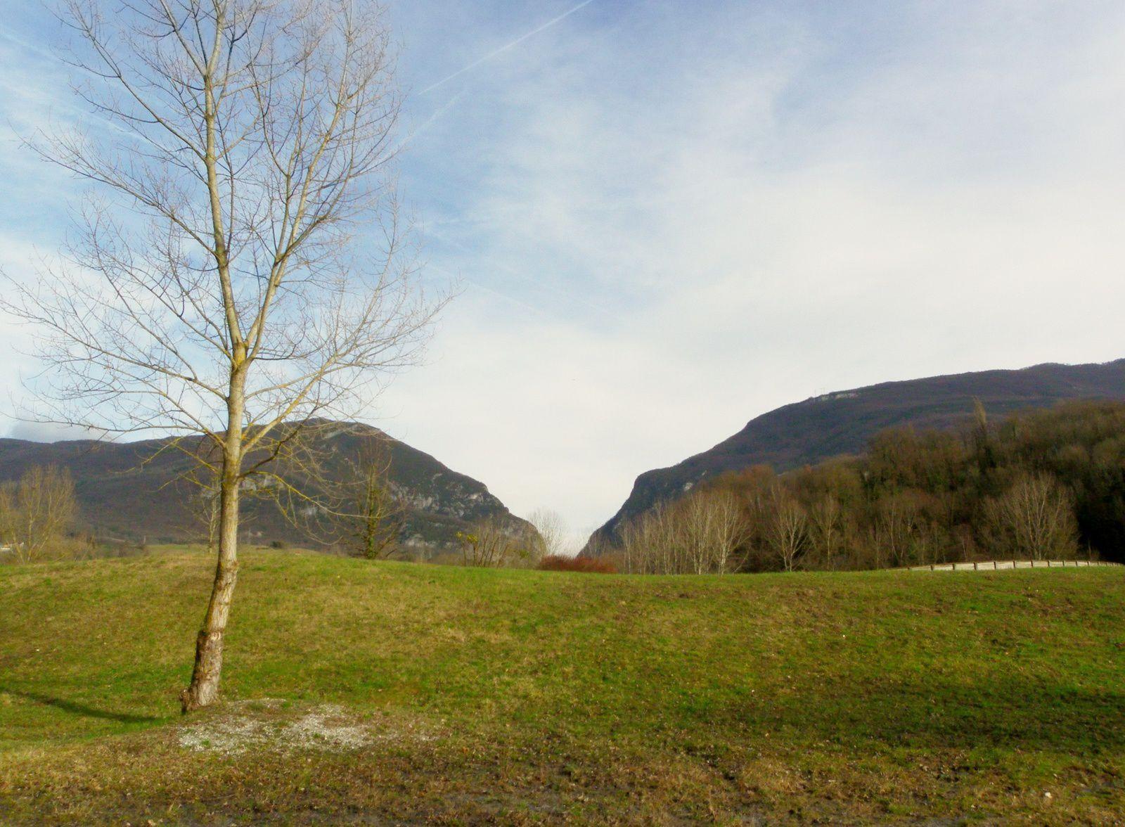 au loin, la vallée du Fier, entre Montagne des Princes et Mont Clergeon