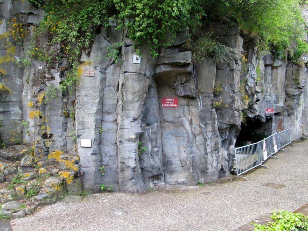 Coulée de trachy- basalte de la Tiretaine issue du Petit Puy de Dôme prismée au voisinage de la grotte des Laveuses qui montre les sources situées à la limite des coulées volcaniques et du granite  du substrat imperméable