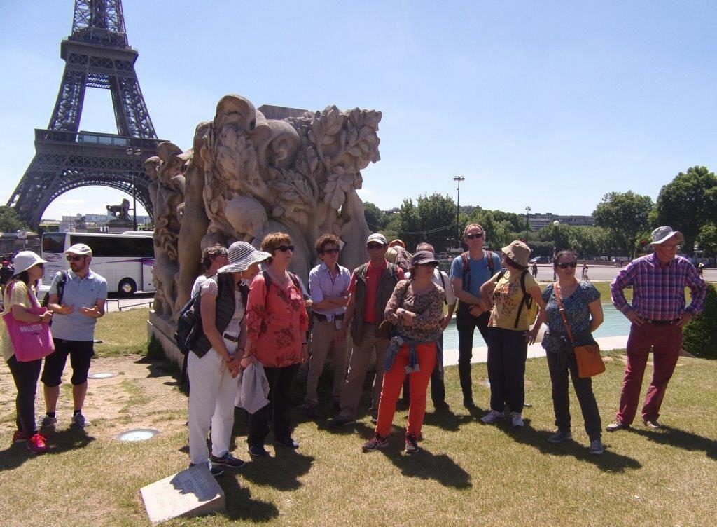 Au pied des jardins du Trocadéro, sculpture en pierre d'Euville et vue sur la Tour Eiffel (VH)