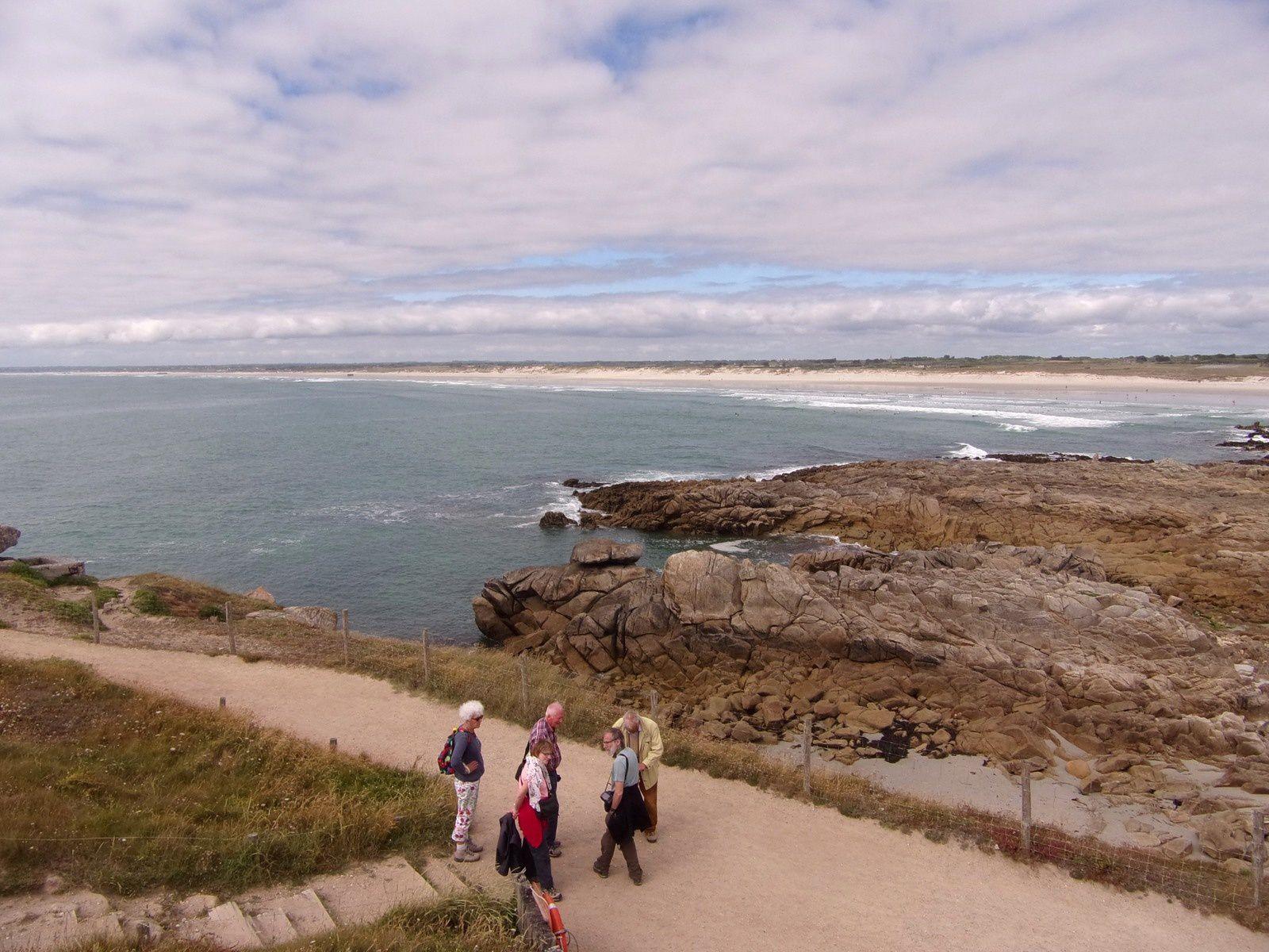 J3-  La célèbre Pointe de la Torche avec mer calme et les vestiges de son allée couverte