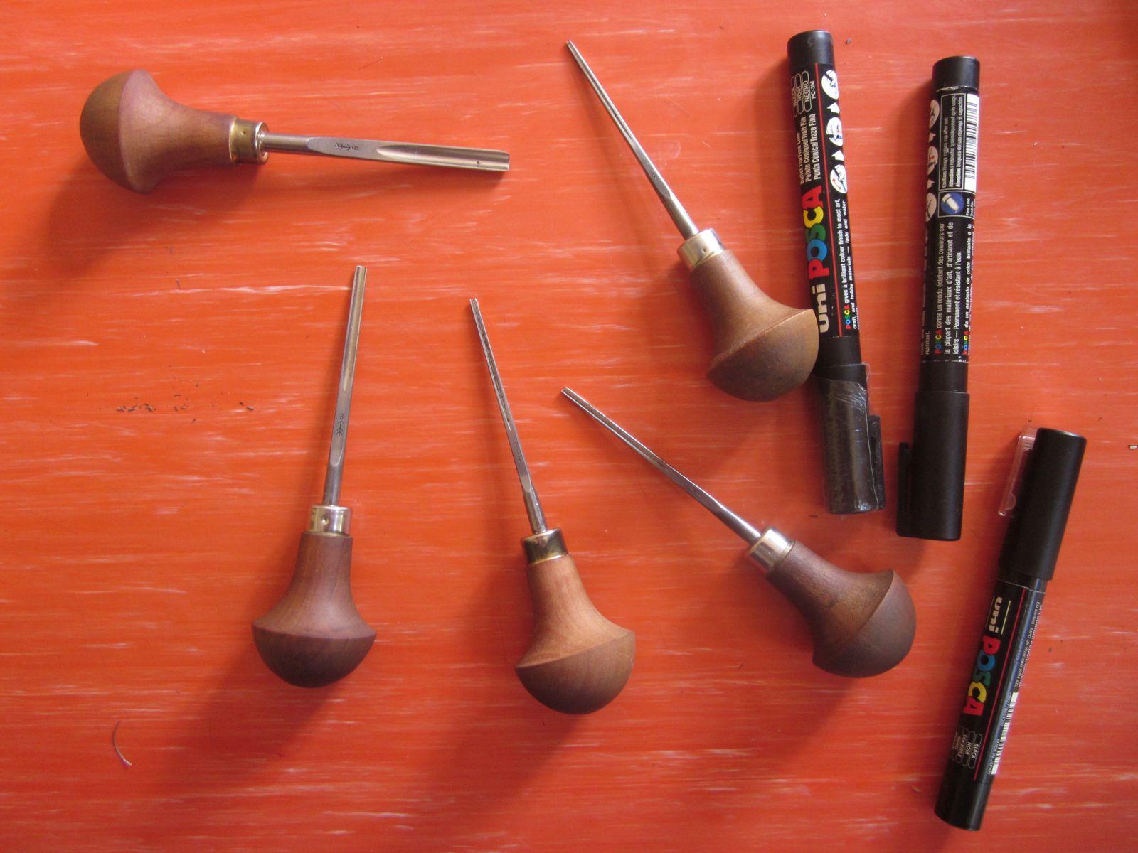 Les outils...je fais le dessin préparatoire au posca... ensuite j'utilise des gouges de différentes tailles pour les détails...