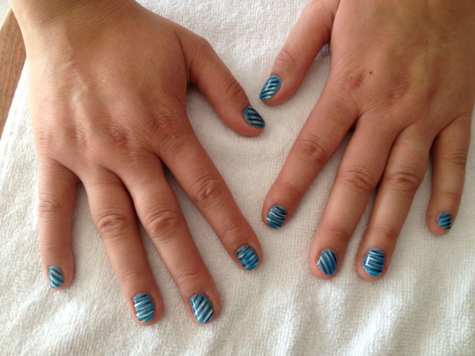 Ongles bleu et d coration z br e noire et argent ongle for Decoration ongle