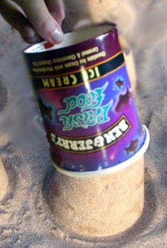 un paté de sable avec un pot de glace ? oui oui :)