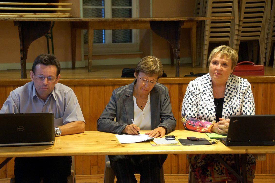 Photo 1 : Le maire, Claude Charbonnier et Christine Devertu Photo 2 : Les parents présents.