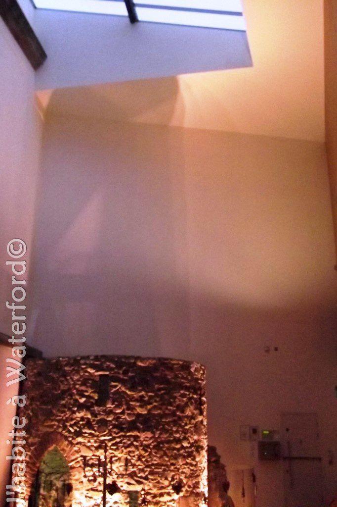 (1)La tour avec l'escalier en colimaçon qui mène aux caves médiévales, Le plafond vitré laisse passer la lumière naturelle, (2) le comptoir et le sol en ardoise.