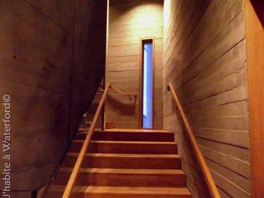L'escalier, en béton avec impression de planches au mur, et bois de chêne.
