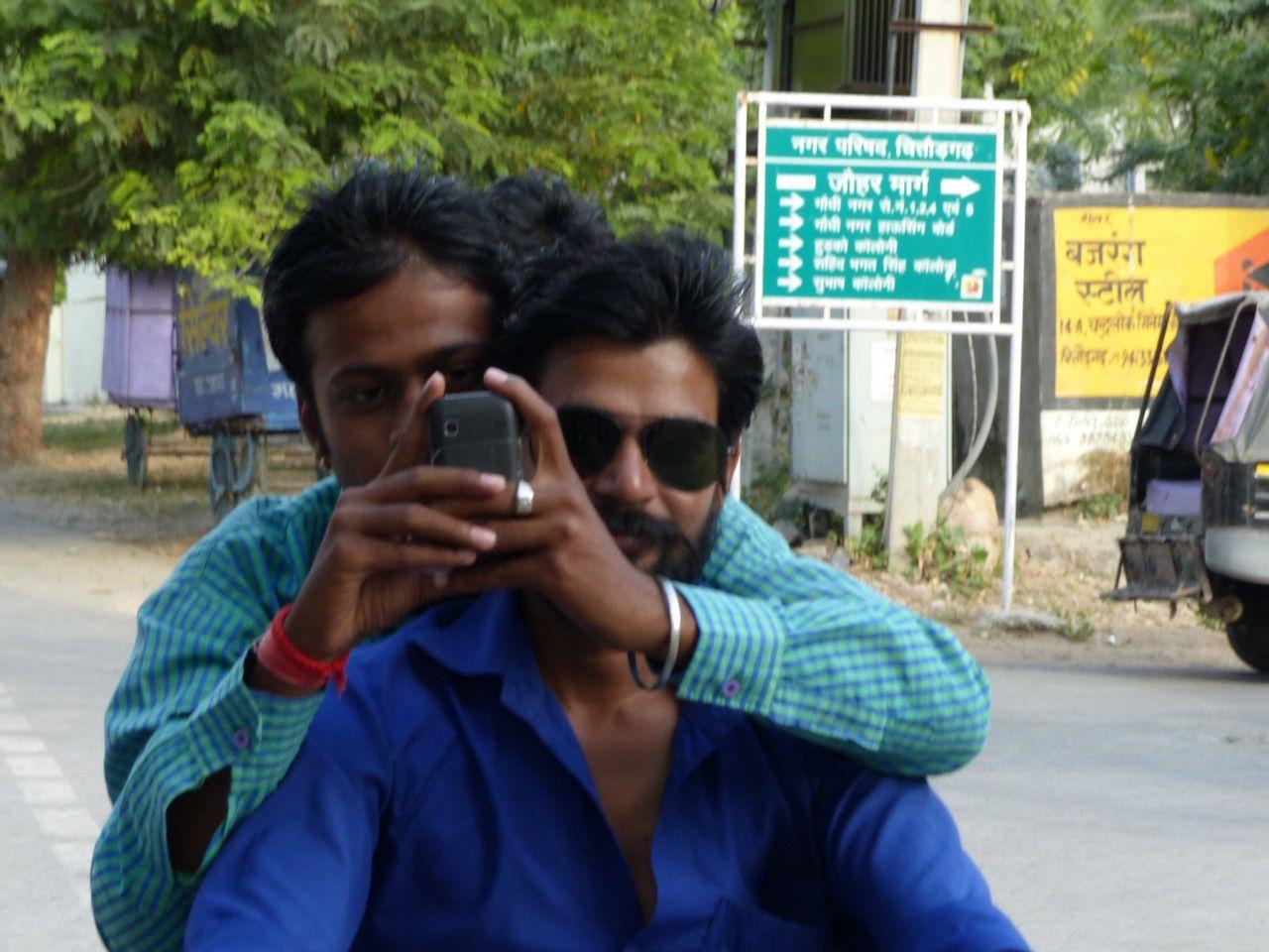 Même sur un scoot, certains continuent à prendre des photos de nous....